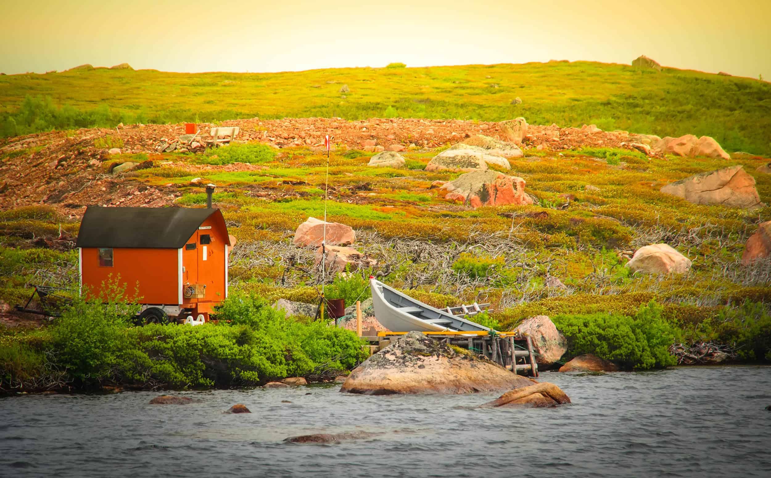Verlassenes Haus an Ufer