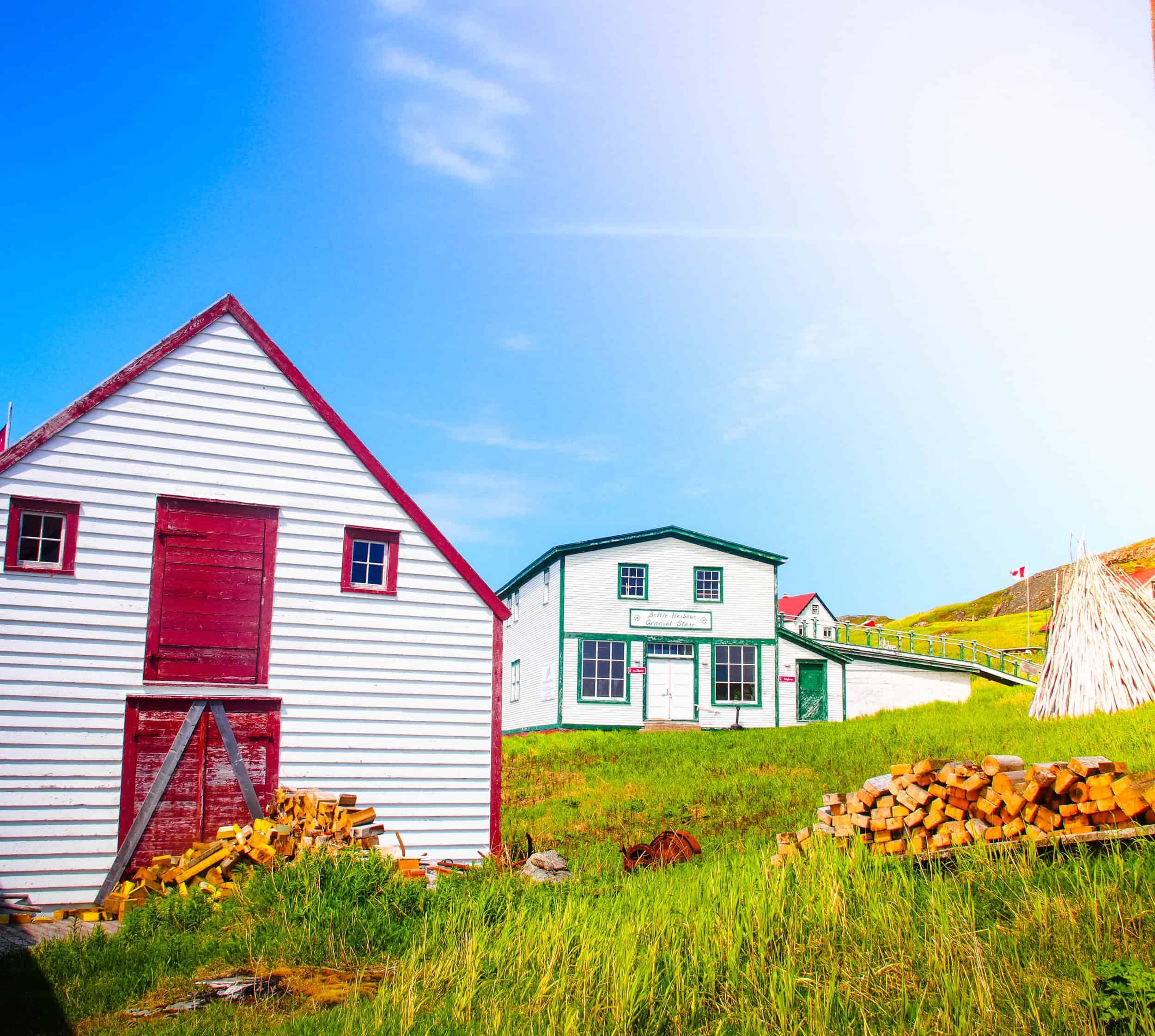 Bunte Häuser bei Battle Harbour, Neufundland, Kanada
