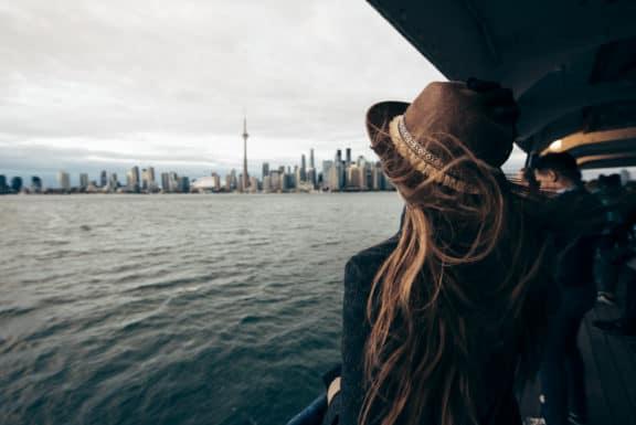 Frau auf der Fähre Richtung Toronto, Kanada