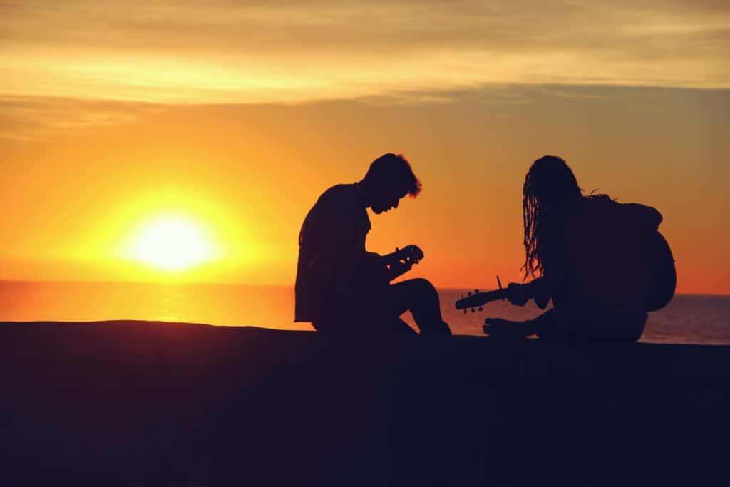 Musizieren bei Sonnenuntergang