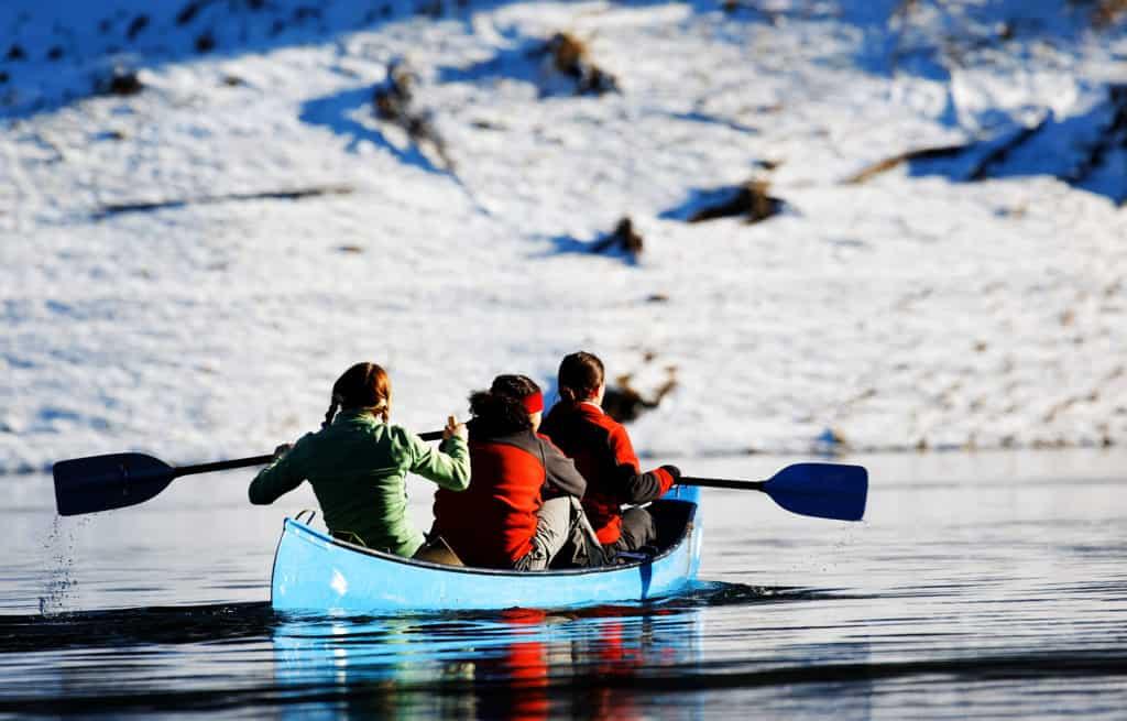 Mit dem Kanu auf dem Fluss im Winter