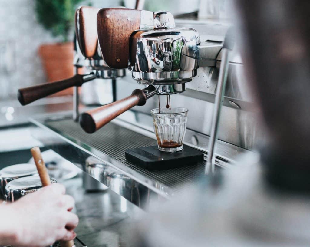 Die Maschine kocht Kaffee
