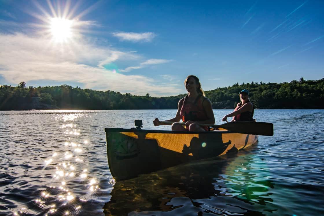 Paddeln im Kanu im Killarney Provincial Park in Onatrio, Kanada