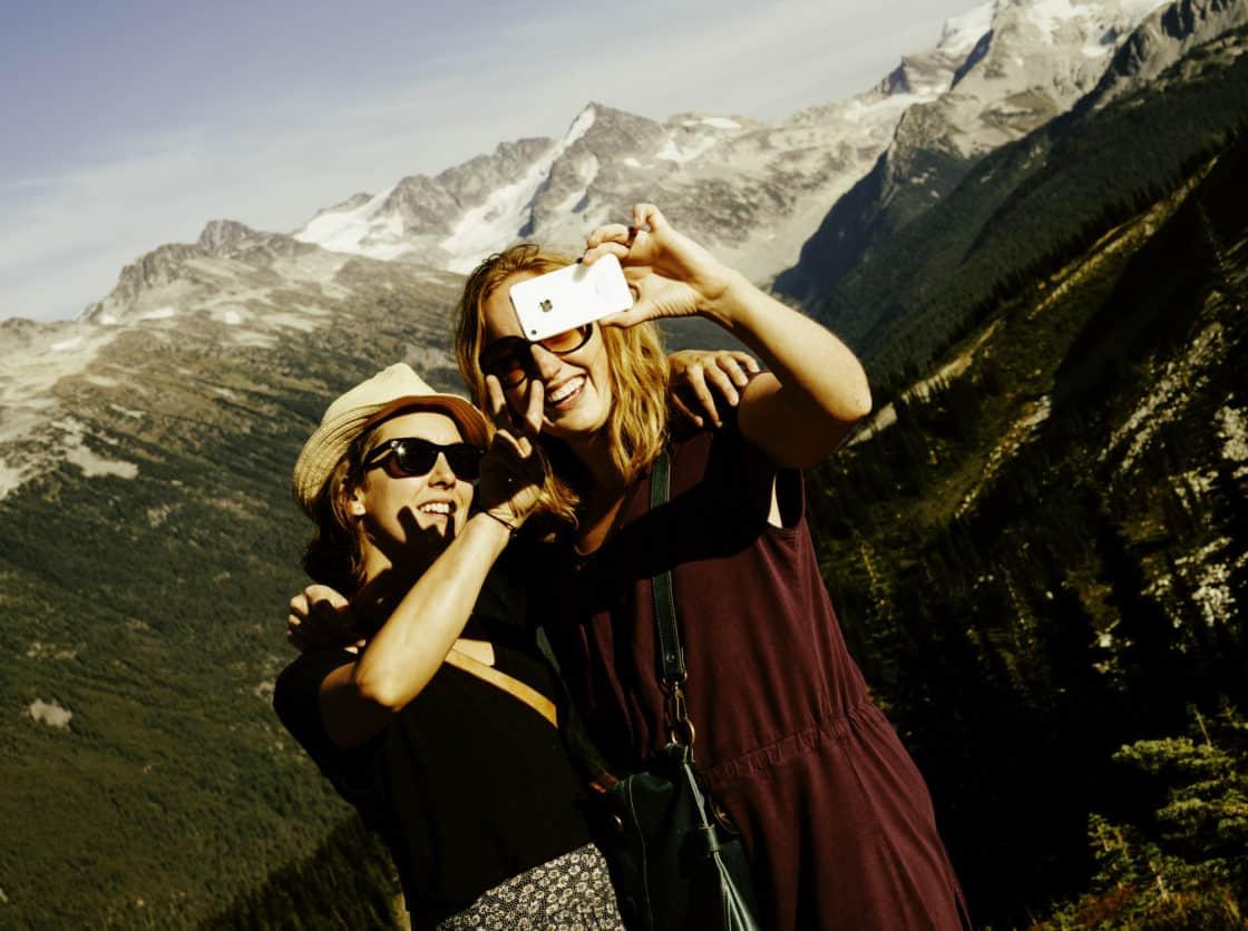 Zwei Mädchen machen ein Selfie in Whistler