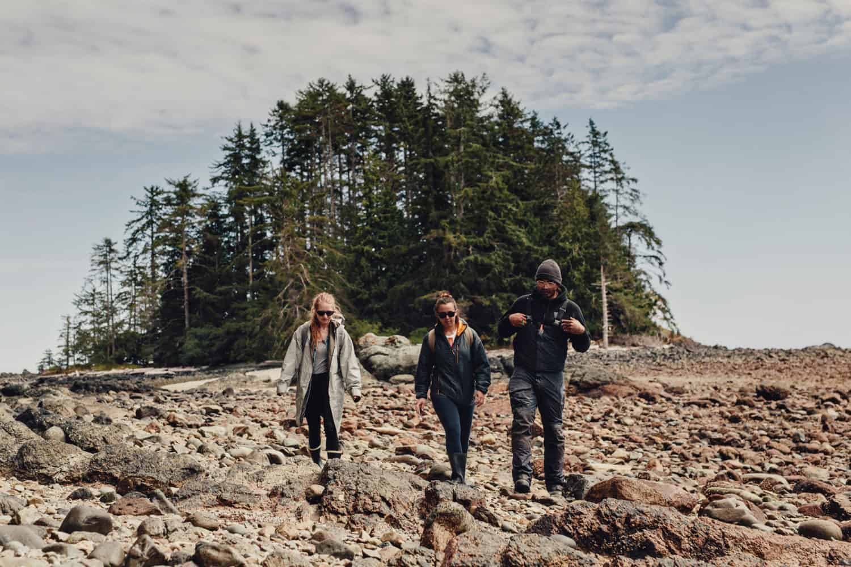 Ein Spaziergang über Treibholz in Haida Gwaii