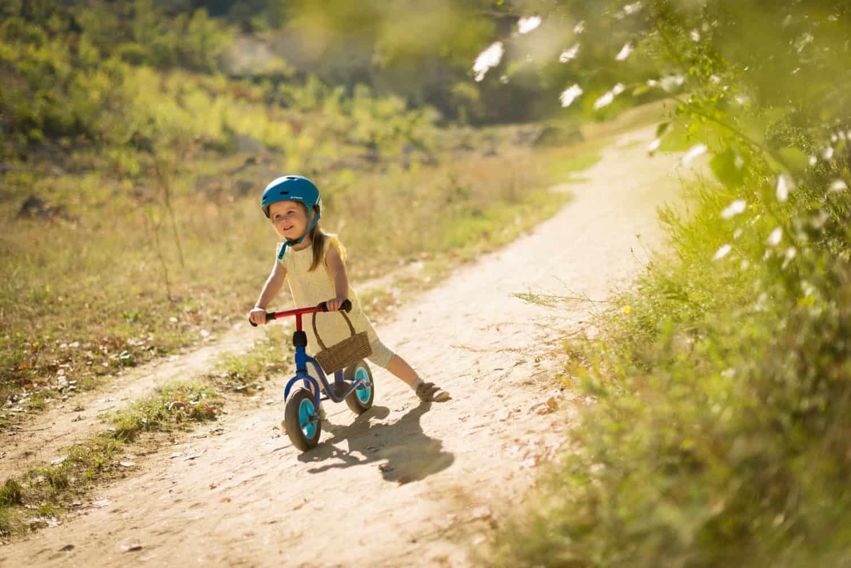 Kleines Kind auf Fahrradweg
