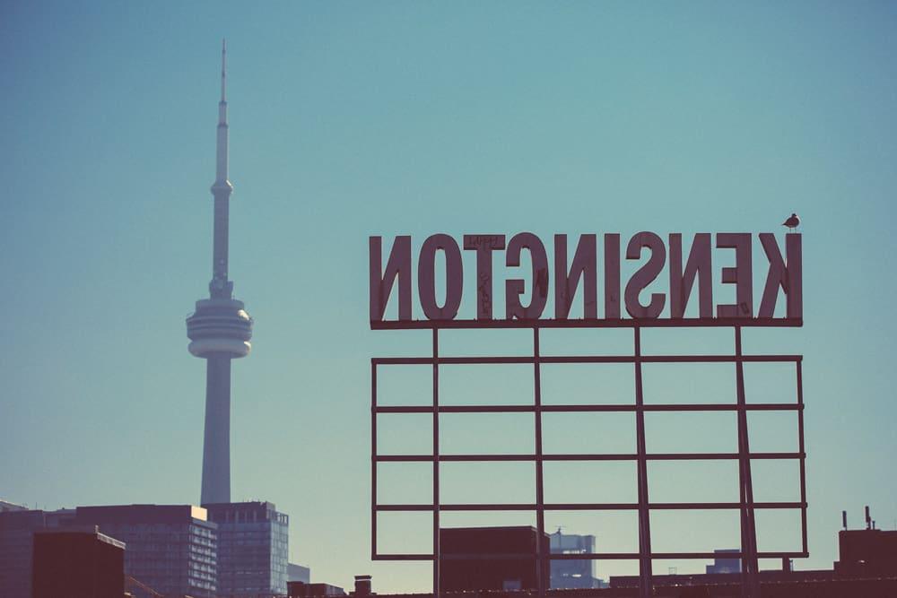 Kensington Schild, Blick auf CN Tower