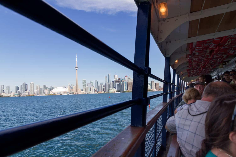 Fähre mit Blick auf den CN Tower