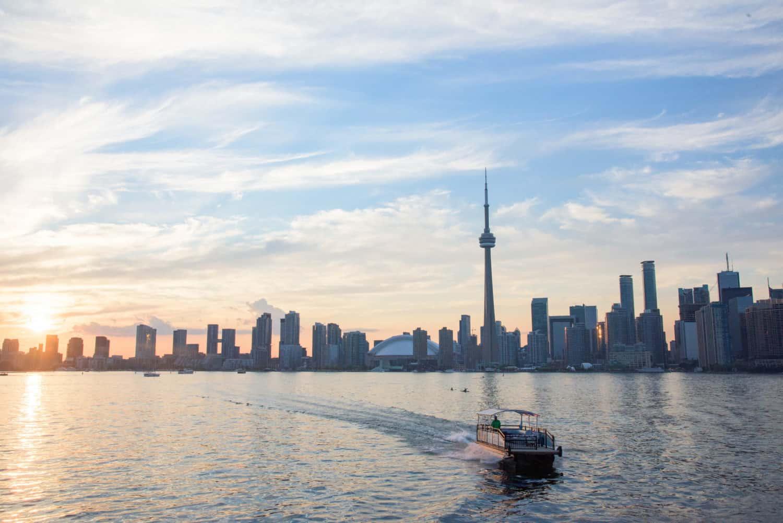 Fähre vorm CN Tower,Toronto Island, Nur in Toronto