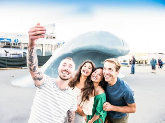 Freunde machen ein Instagram-Foto , bei Stubborn Goat und Walking Waterfront