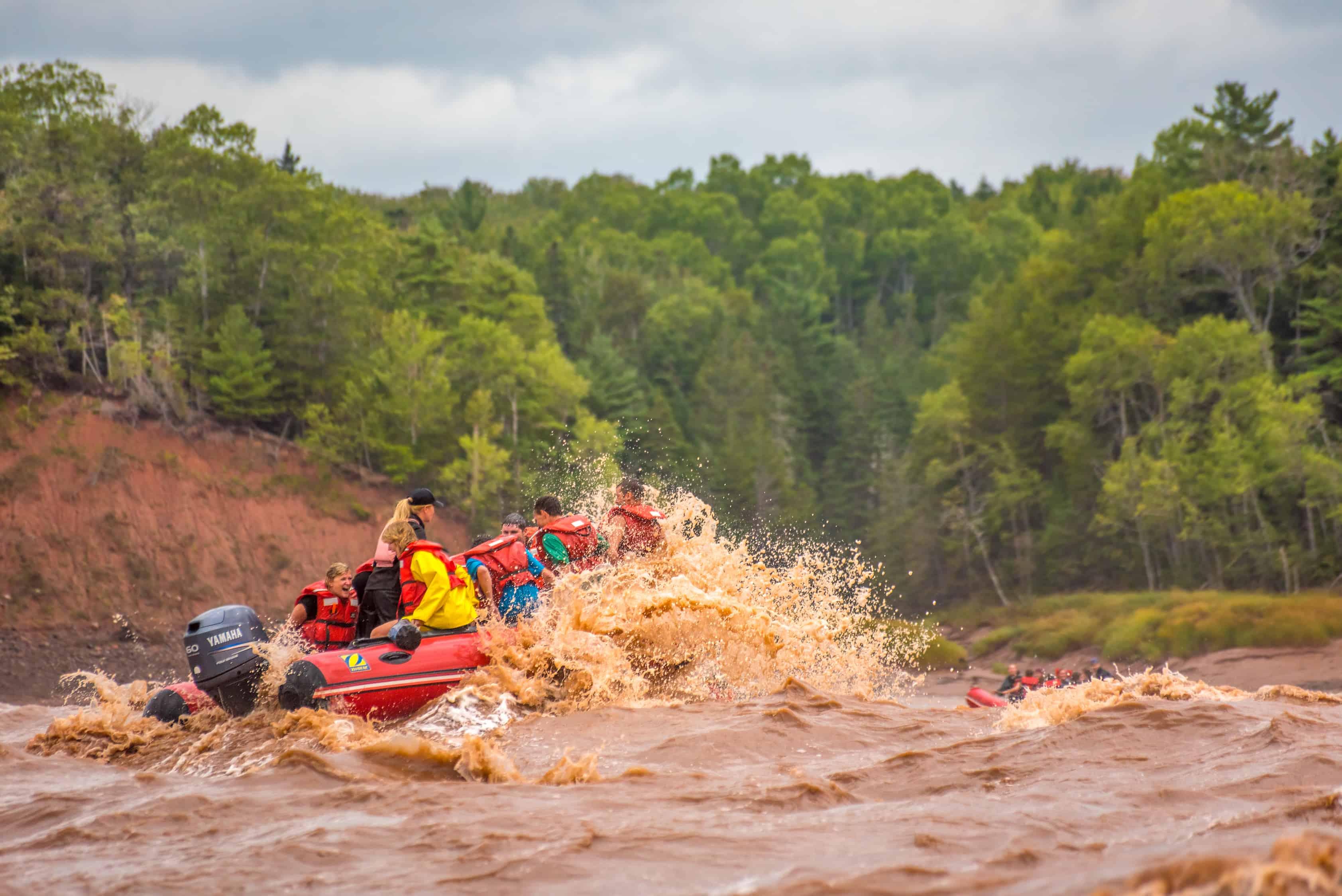 tidal bore rafting auf roten Schluchbooten.