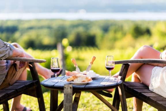 Paar mit Wein und Käse am Tisch, Vignoble l'Isle de Bacchus