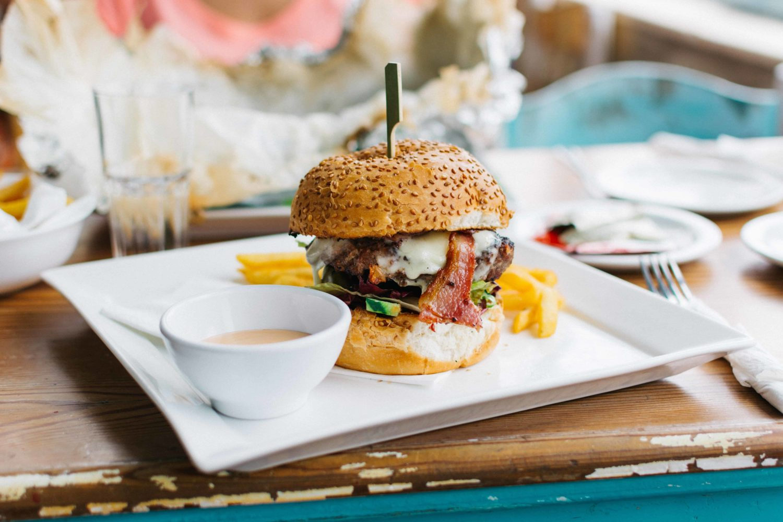 Hamburger auf weißem Teller