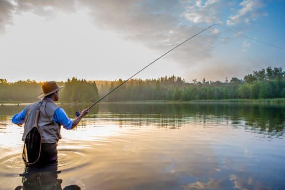 Junger Mann beim Fliegenfischen