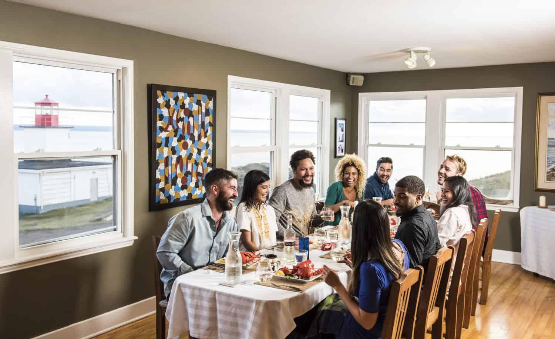 Hummer Essen an Großem Tisch mit Freunden/Familie bei Cape d'Or