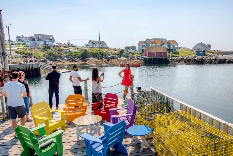 Oceanstone Seaside Resort: Bunte Stühle im Kreis, Freunde Blicken auf das Wasser