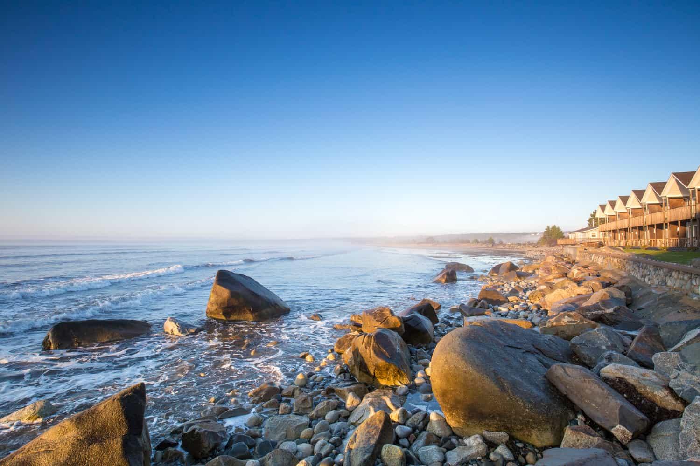 steinige Küste an der Quarterdeck Beachside Villas & Grill