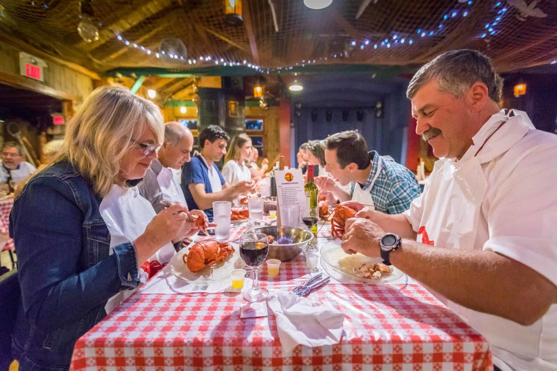 Hummer essen im Restaurant