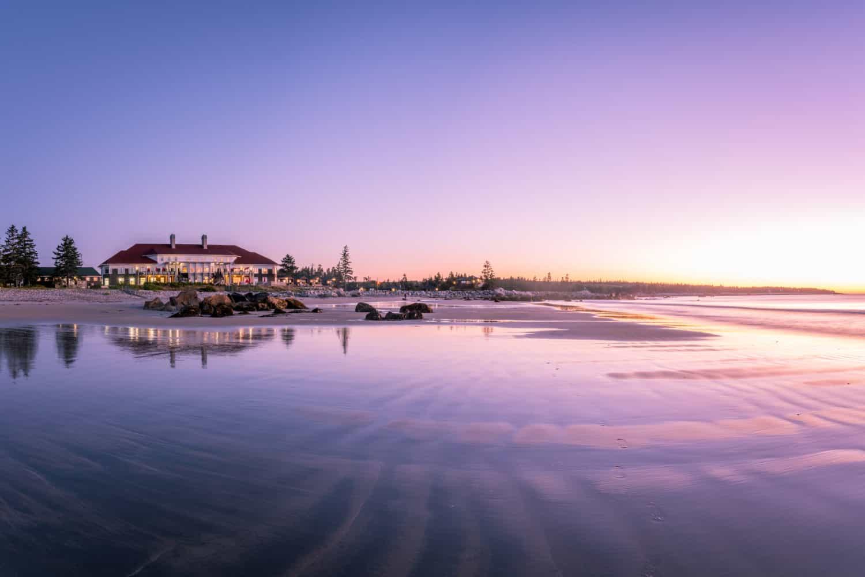 Das White Point Beach Resort bei Sonnenuntergang