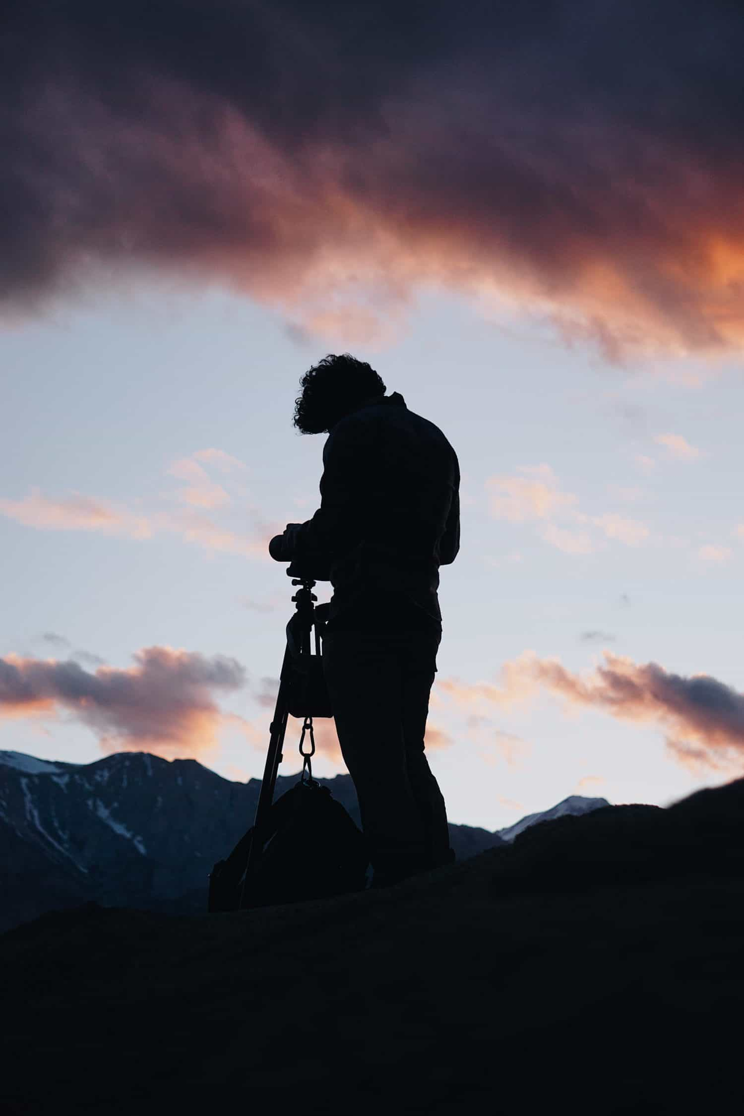 Fotograf stellt seine Kamera bei Nacht ein