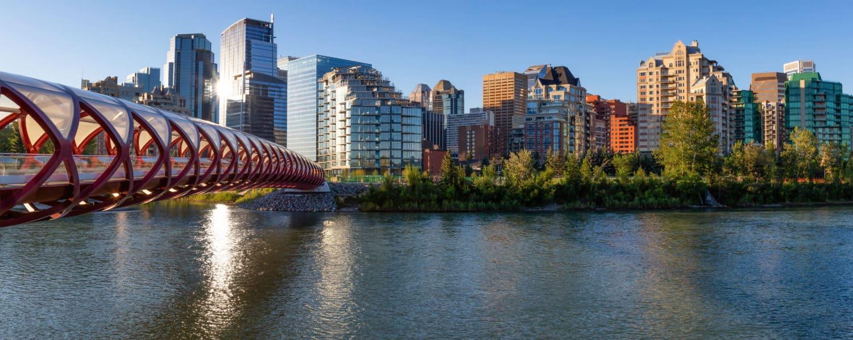 Peace Bridge über den Bow River an einem sonnigen Sommer Tag in Calgary, Alberta, Canada.