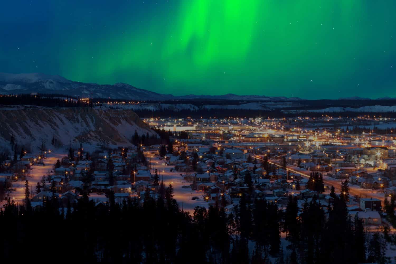 Starke Nordlichter (Aurora borealis) am Nachthimmel über Whitehorse, Hauptstadt von Yukon, Kanada, im Winter.