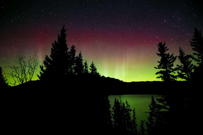 Nordlichter, Polarlichter, Aurora Borealis am Lake Minnewanka im Banff National Park, Alberta, Kanada (Canada)