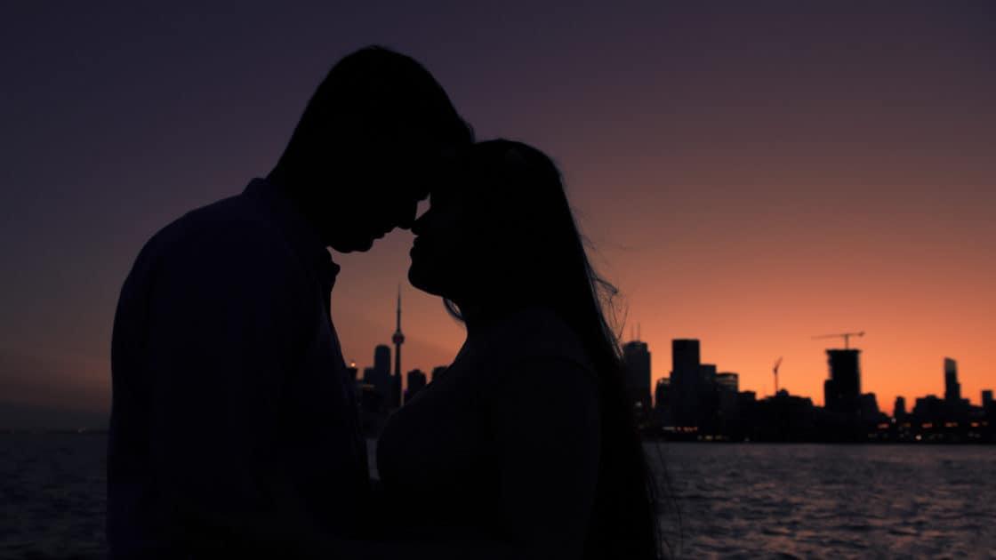Paar vor den CN Tower bei Nacht das perfekte Wochenende in Toronto