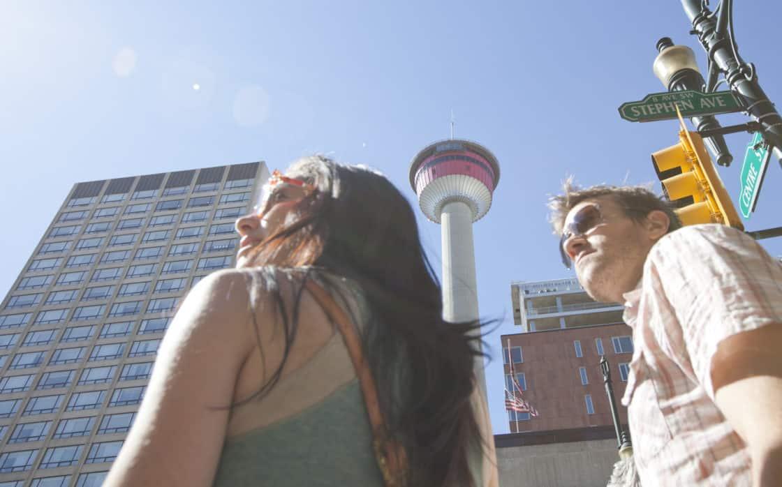 Calgary tower hinter 2 Personen