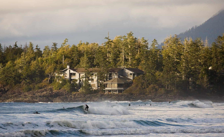 Surfer vor dem Wickaninnish Inn, das mitten in einem Waldgebiet steht