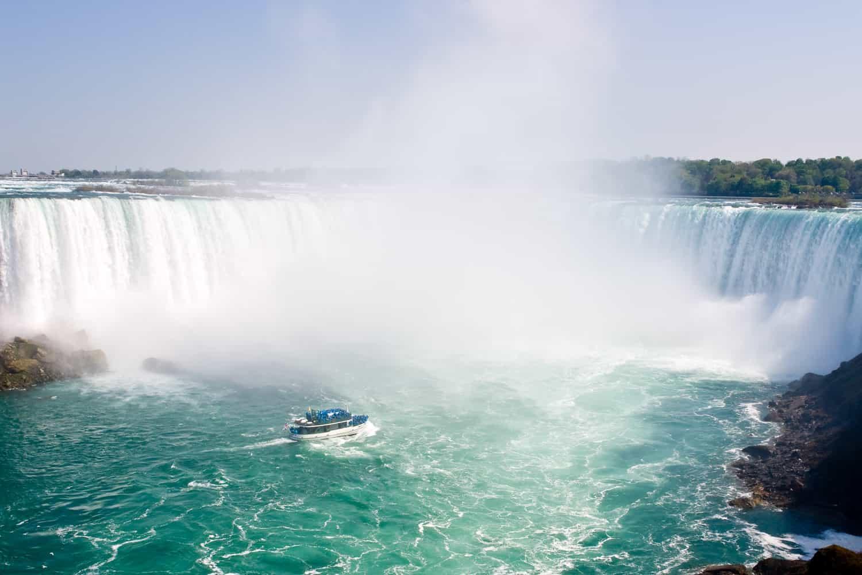 Kreuzfahrtboot bei den Horseshoe Falls, Niagarafälle, Kanada
