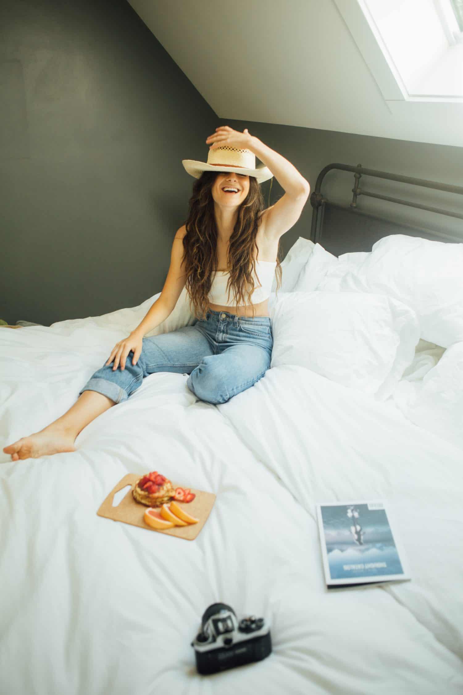 junge Frau in auf weißem Bett in Jugendherbergen
