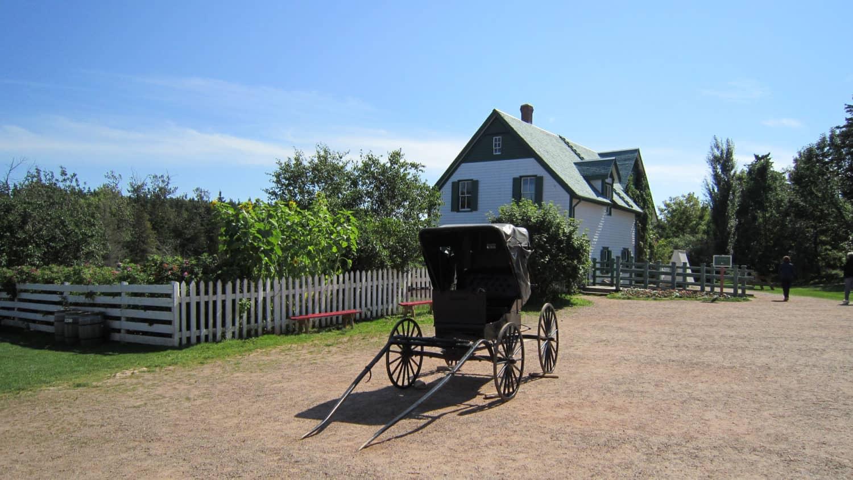 Schwarze Kutsche vor dem grünen Bauernhaus »Green Gables«, im Avonlea Village, Prince Edward Island