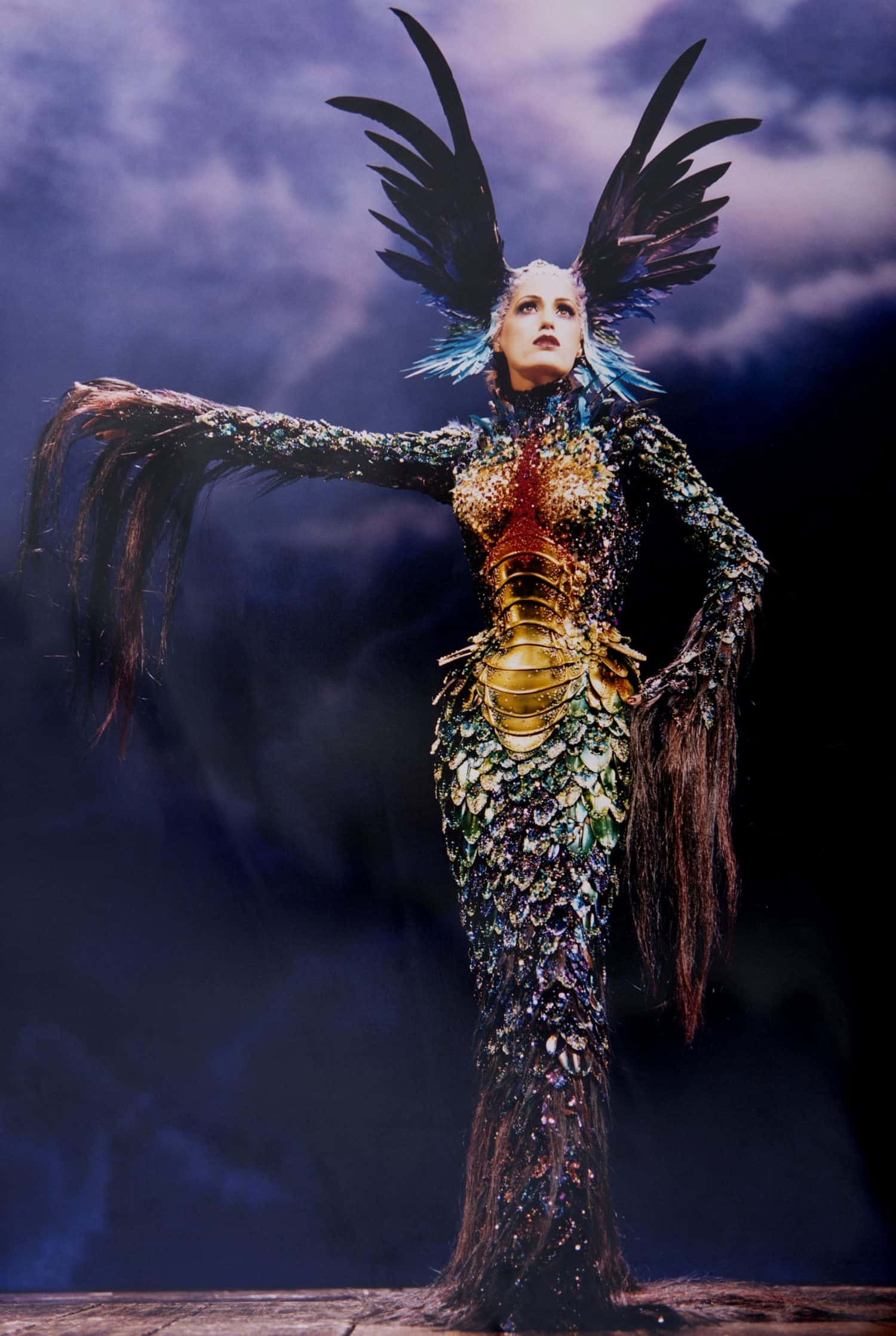Yesmin Le Bon Trägt Ein Kostüm von Thierry Mugler im Londoner Palladium für das ES Magazine.