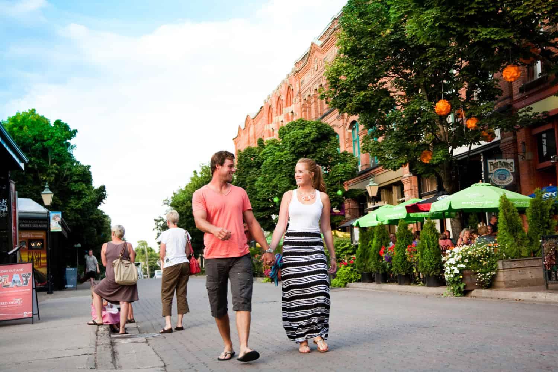 Paar läuft durch die Victoria Row in Charlottetown, Prince Edward Island, Kanada town