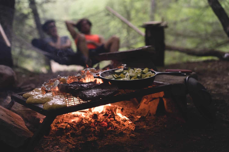 Camper grillen im Wald