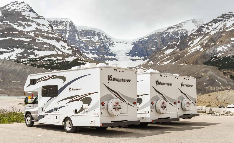 Camper Wohnmobile die in Columbia Icefield geparkt sind, Alberta, Kanda
