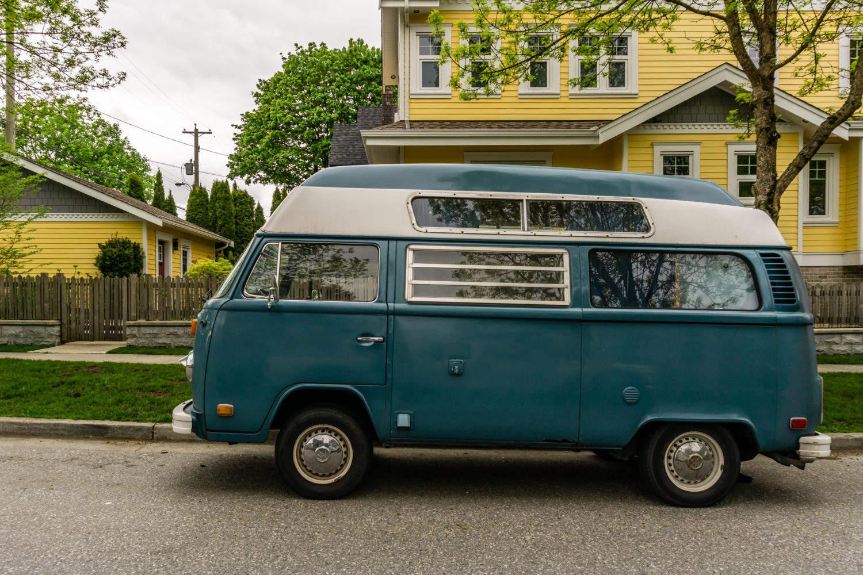 altes Volkswagen Wohnmobil vor gelbem Haus, Vancouver, Kanada