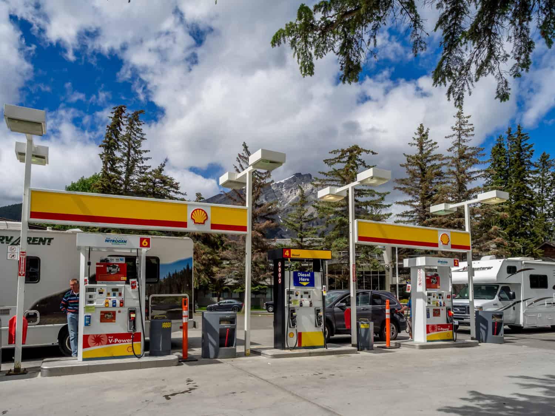 Tourist tankt sein Wohnmobil bei einer Shell Tankstelle in Alberta, Kanda