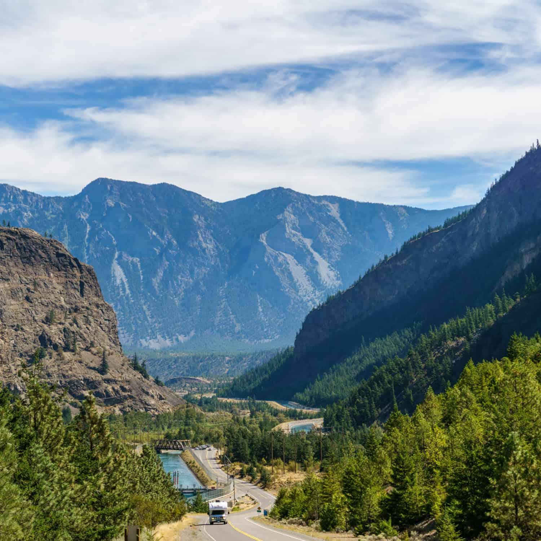 CanaDream Wohnmobil auf der Straße Vom Seton-See nach Lillooet British Columbia Kanada Gebirge mit bewölktem Himmel und