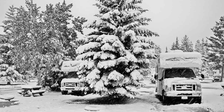 Wohnmobil im Winter in Canmore, Kanada