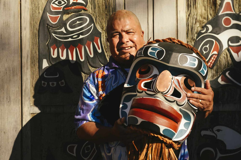 Einheimischer hält eine Traditioneller Maske, British Columbia, Kanada