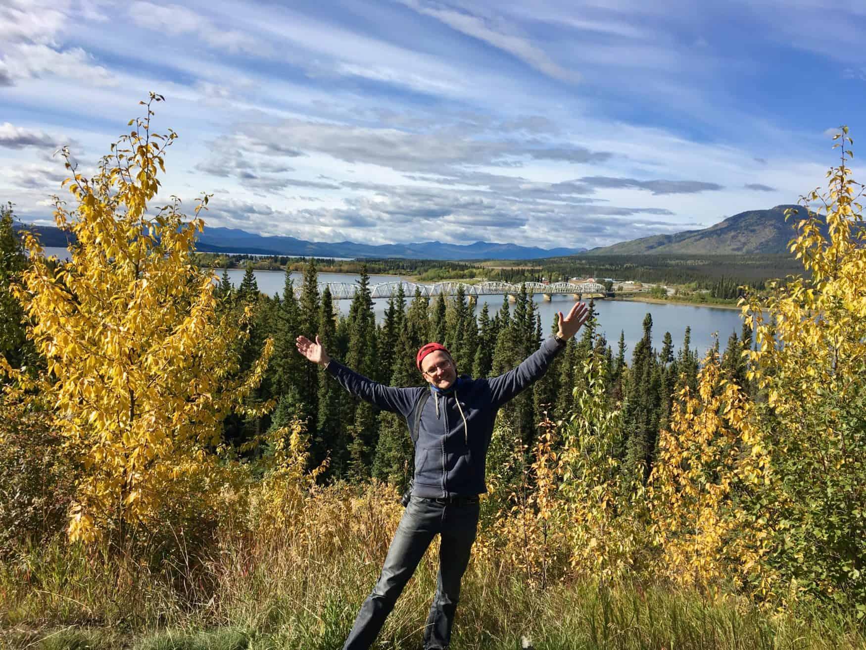 Blick auf den Alaska-Highway und die Teslin River Bridge im Yukon Territory.