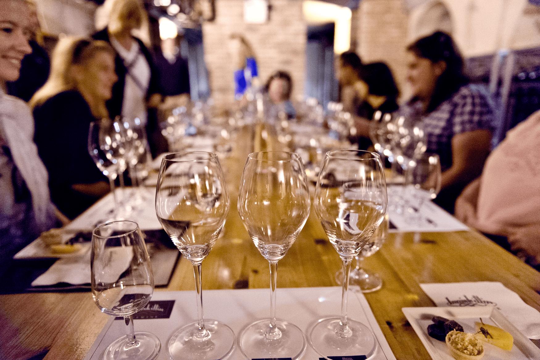 Gedeckter Tisch im Weingut in Kanada