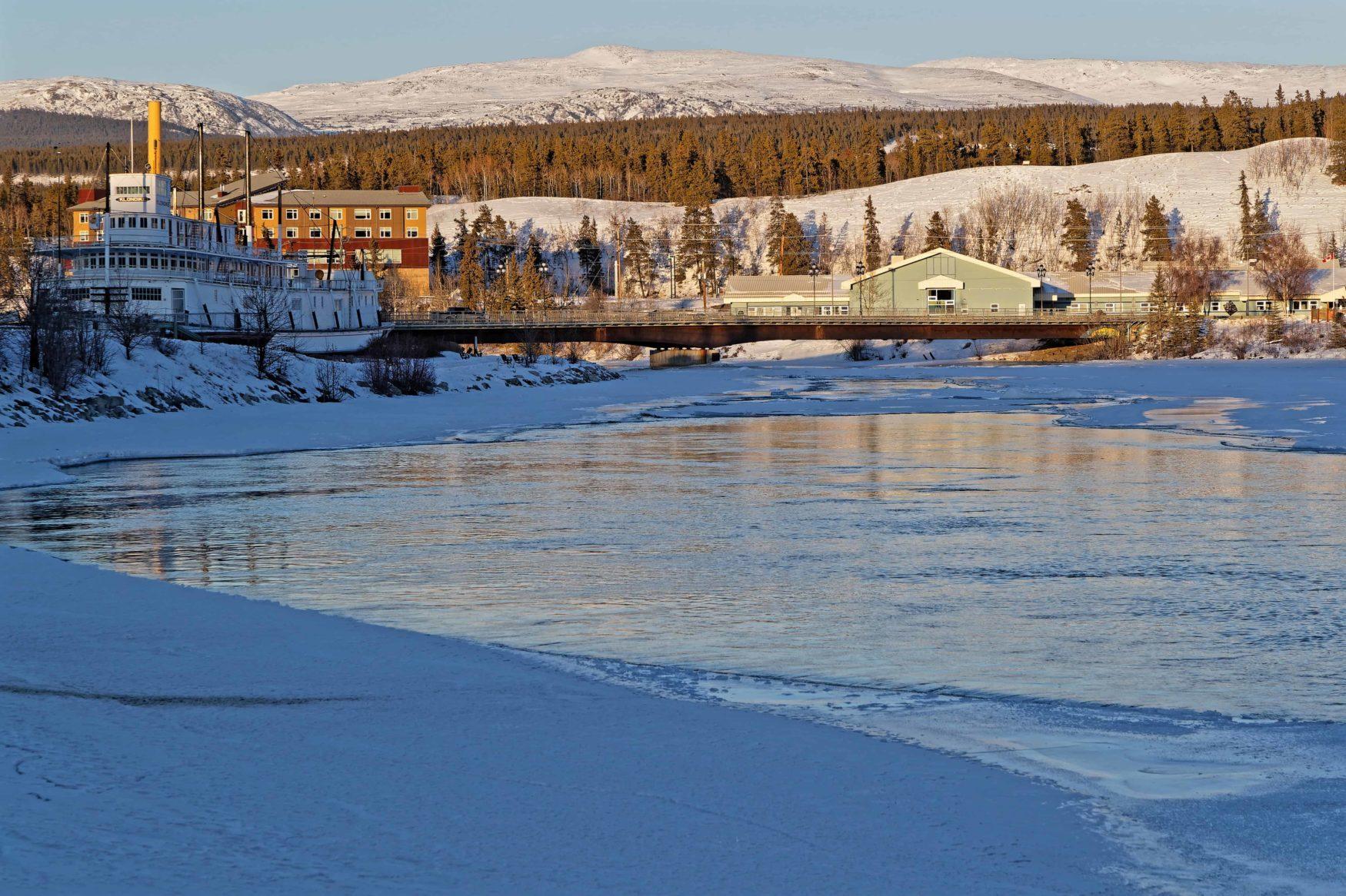 Sonnenuntergang am Yukon River in Whitehorse, der Hauptstadt des Yukon und der größten Stadt im Norden Kanadas.