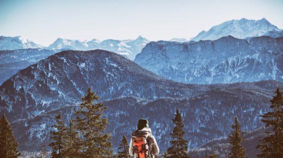 Frau mit Wander-Rucksack vor Gebirge