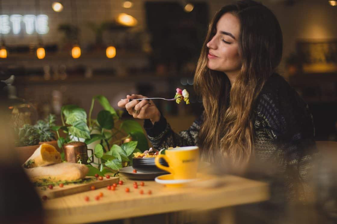 Frau isst in restaurant in Toronto