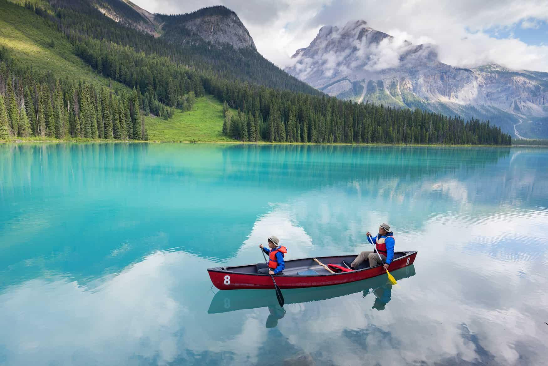 Kanu auf dem Emerald Lake, Yoho National Park, British Columbia