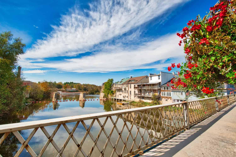 Brücke in der Kleinstadt Elora in Ontario mit Blick auf den Fluss.