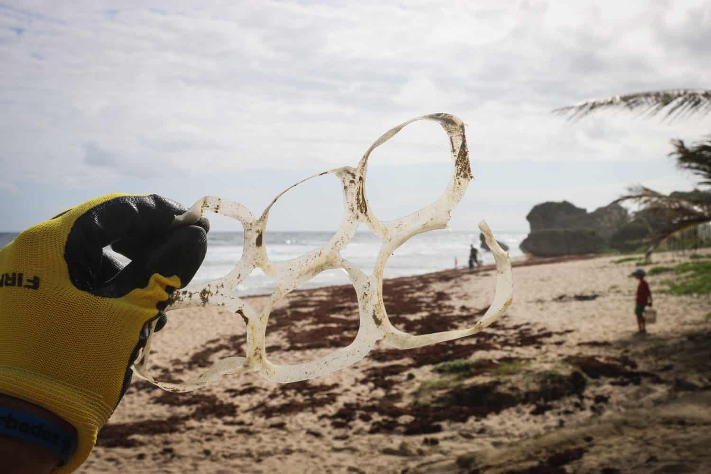 Sechserträger aus dem Meer, gefunden am Strand.